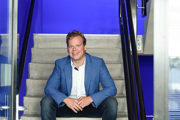 Foto van Roel op de trap, makelaar in roermond venlo weert en sittard